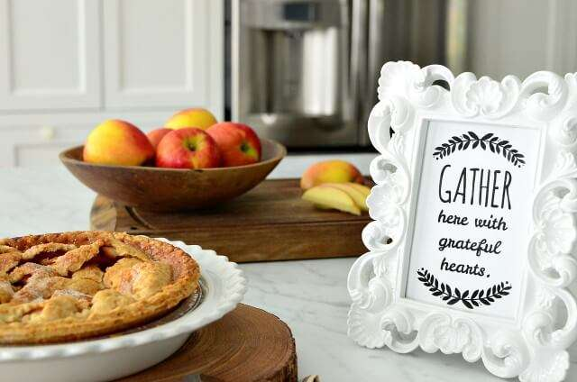 Great ideas for Thanksgiving table decor and decorations including some fun free printables