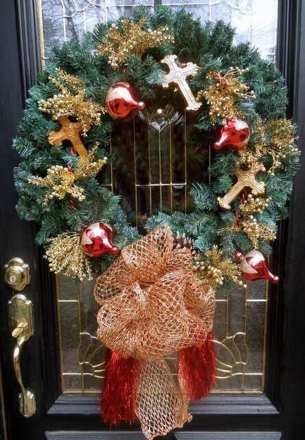 wreath_christmas_traditional_greenery_ornaments_bow